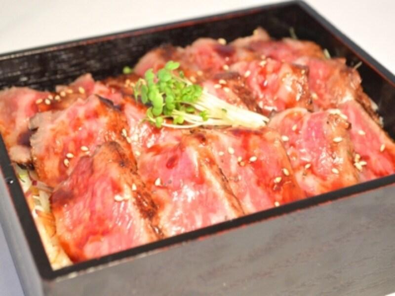 国産牛ロース肉の開化ステーキ重(3000円税別、ディナータイムは税サ料別)(画像提供:山手十番館)