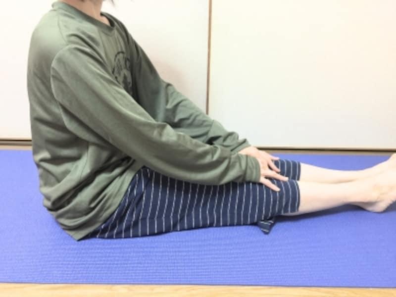 背を丸めずにオヘソを正面へ向けて座ります