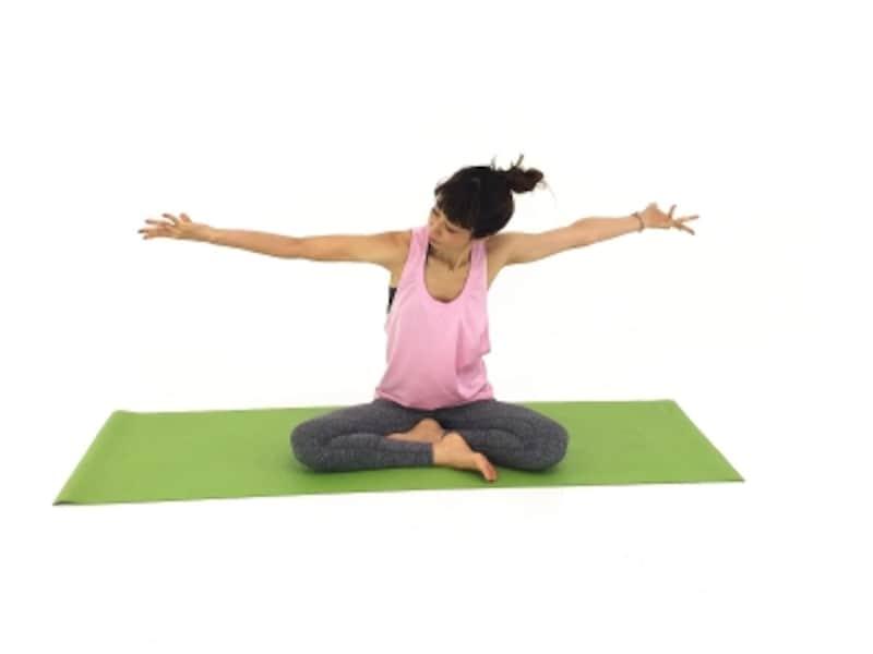 首肩ストレッチ2undefined肩甲骨から指先までねじります。