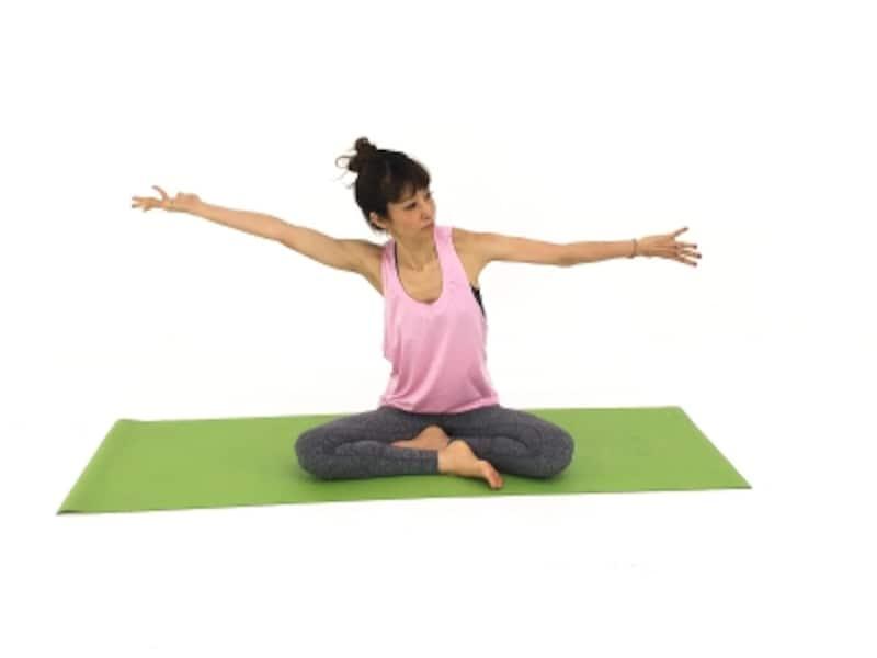 首肩ストレッチ3undefined指先まで意識を持ち、筋肉を絞るように動作しましょう。