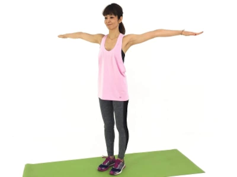 股関節ストレッチ1undefined腰骨、肩、耳まで一直線のラインをイメージしながら姿勢を整えましょう。