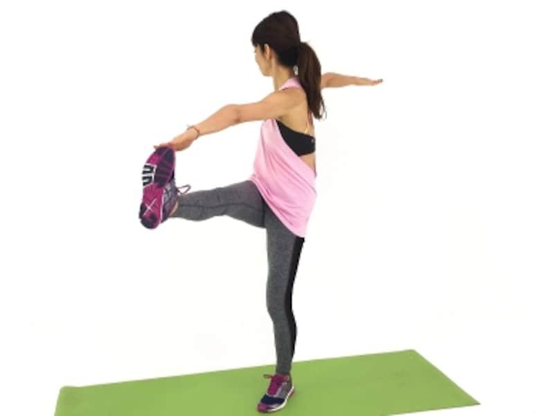 股関節ストレッチ2undefinedつま先をタッチ!体を大きく使いましょう。
