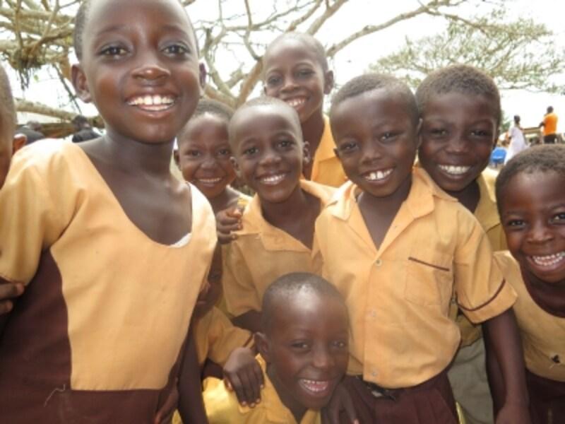 ガーナで学校に通う子どもたちの笑顔!「画像提供:ACE」