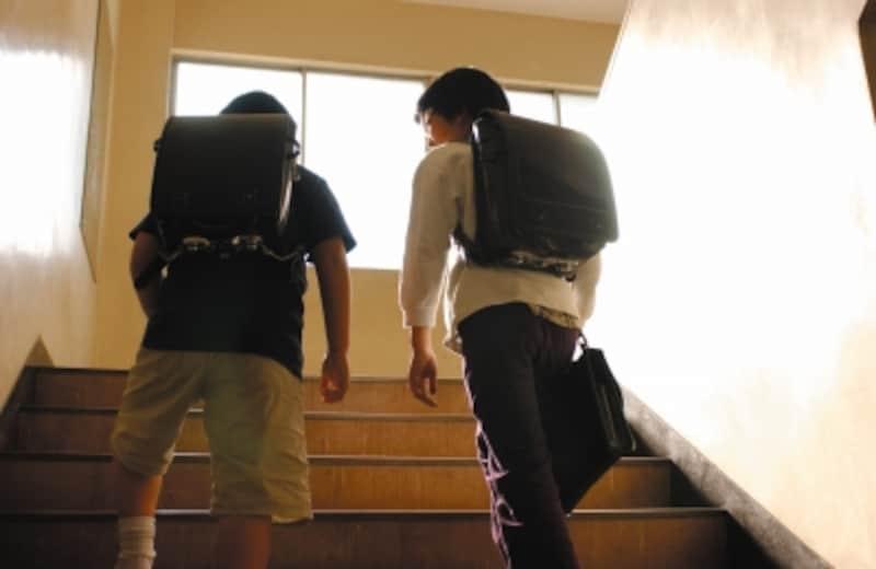 小学生男子2人、階段を上る