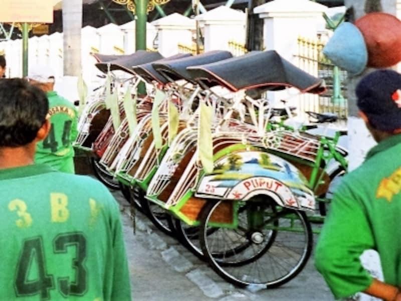 ジョグジャカルタの駅前で整列して出番を待つ緑のベチャ。運転手も皆グリーンでキメていてかっこいい。