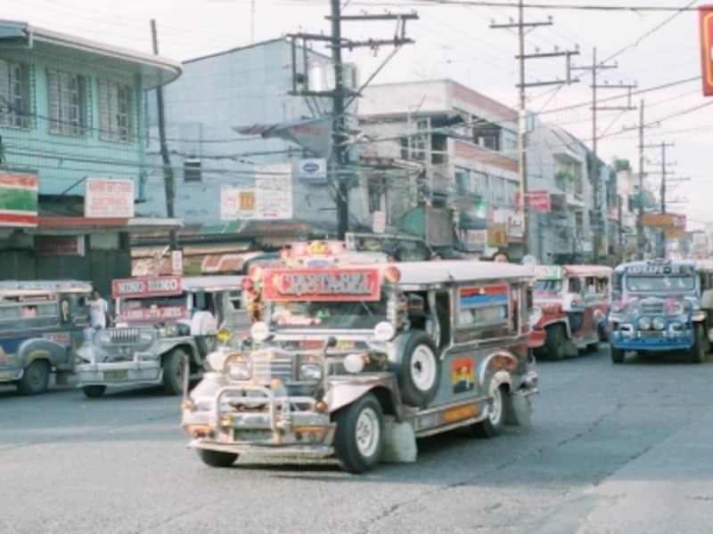 ド派手な装飾で街を彩るジープニーはフィリピンの庶民の足ナンバー1。HoponとHopoffで軽快に乗りこなそう!