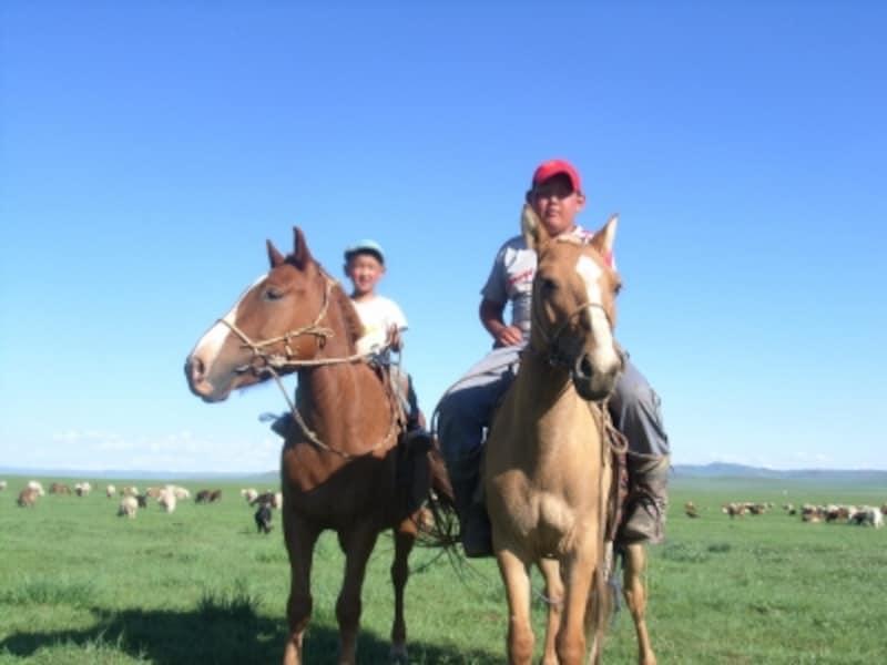 草原の交通手段といえば昔から馬。モンゴルの少年はみな馬術の達人、人馬一体の華麗な動き
