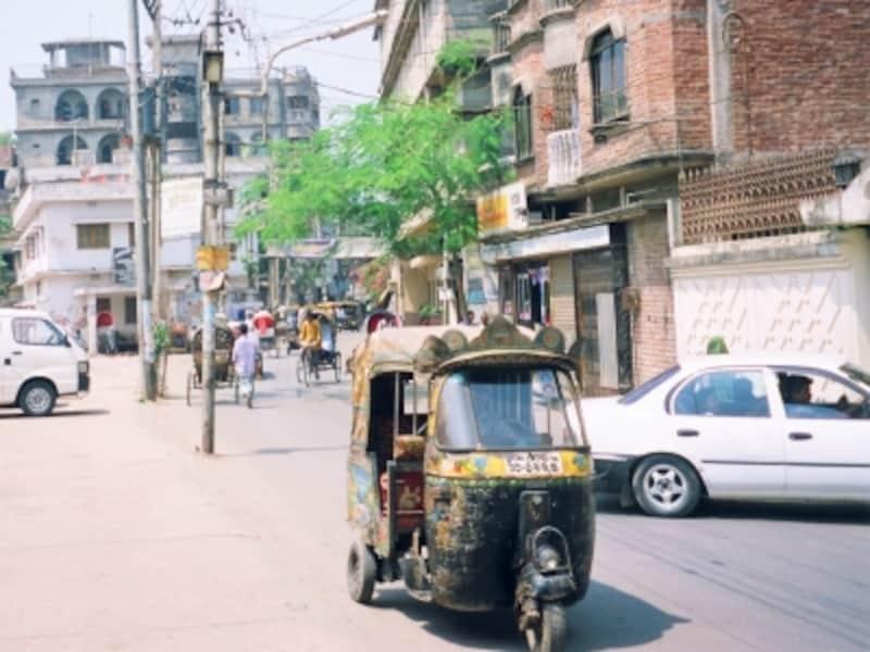 ダッカの住宅街を颯爽と走り抜けるベビー。時代の流れで徐々に姿を消しつつあるのが残念
