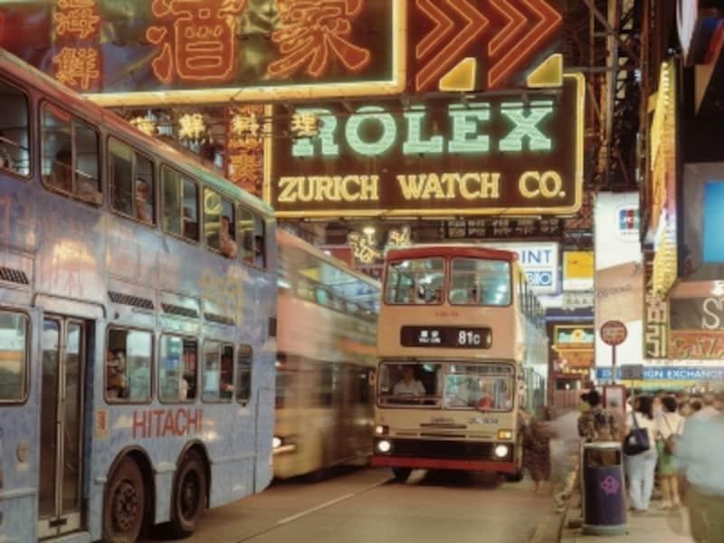 看板にぶつかりそうでぶつからない香港のシンボル2階建てバス。夜景の名所、ビクトリアピークもこれで登ってしまう。運転手のドライビングテクニックには脱帽