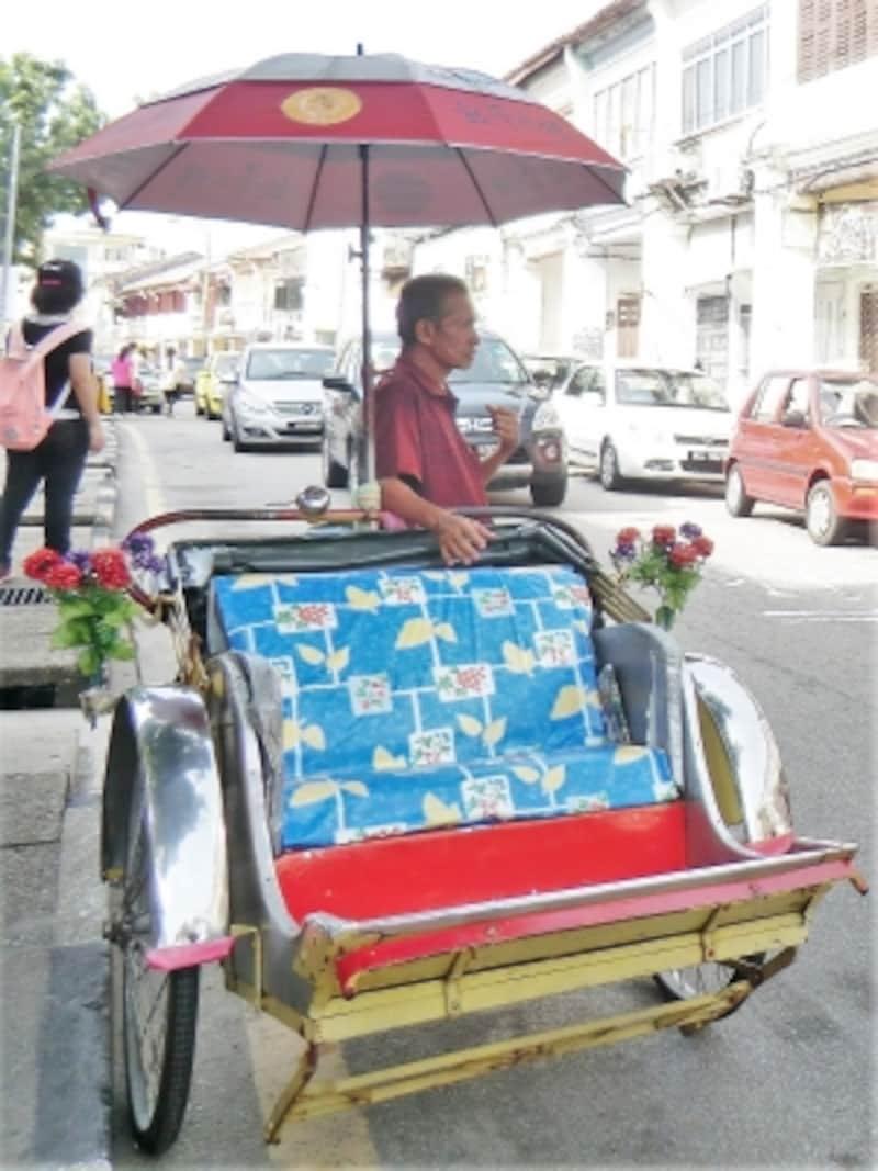 華人の多いペナン島ならではの中国風センスのトライショー。華やかな飾りつけは見ているだけでも楽しい。