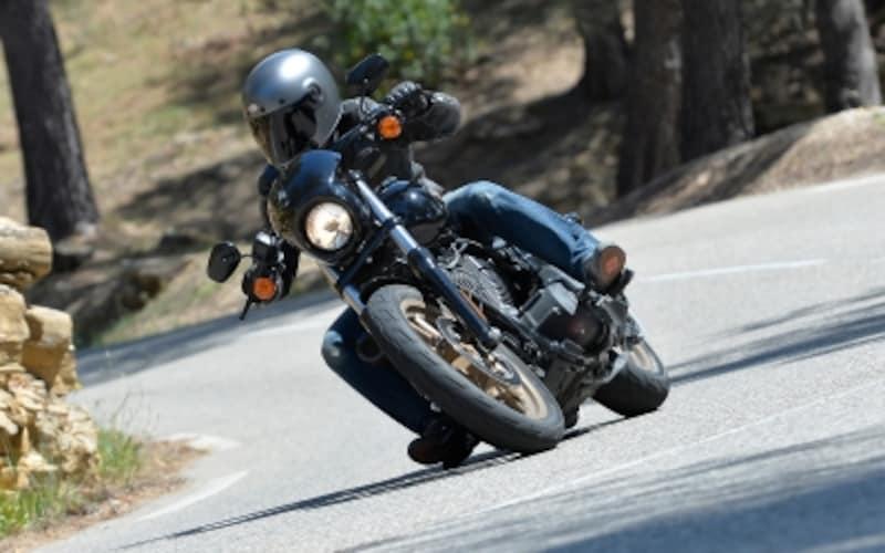 他メーカーのバイクにはないダイナミックなスポーツライドが楽しめるところがダイナ最大の魅力だ