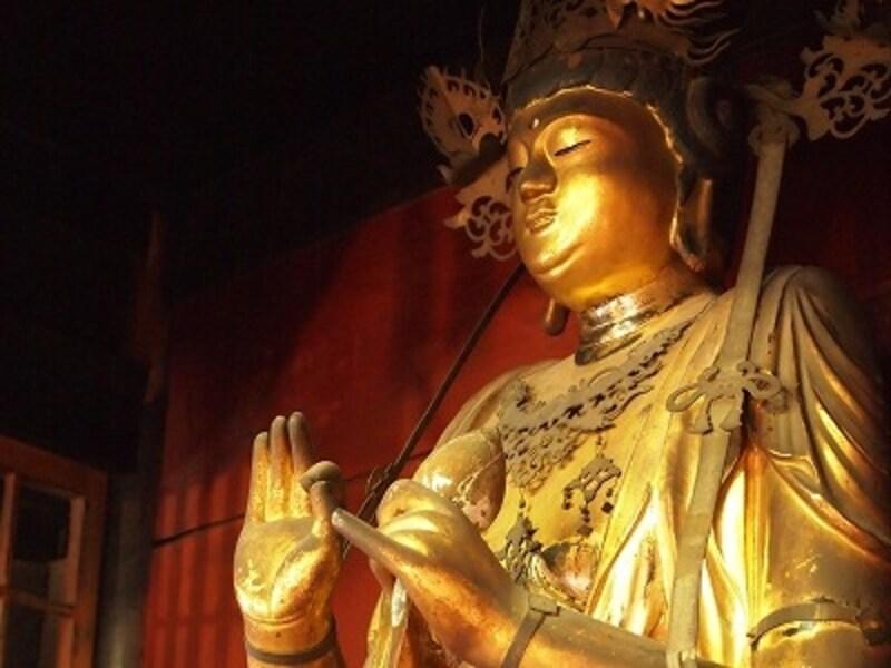 仏像マニアの楽しみは、地方の寺でこんな美しい仏像を見つけること
