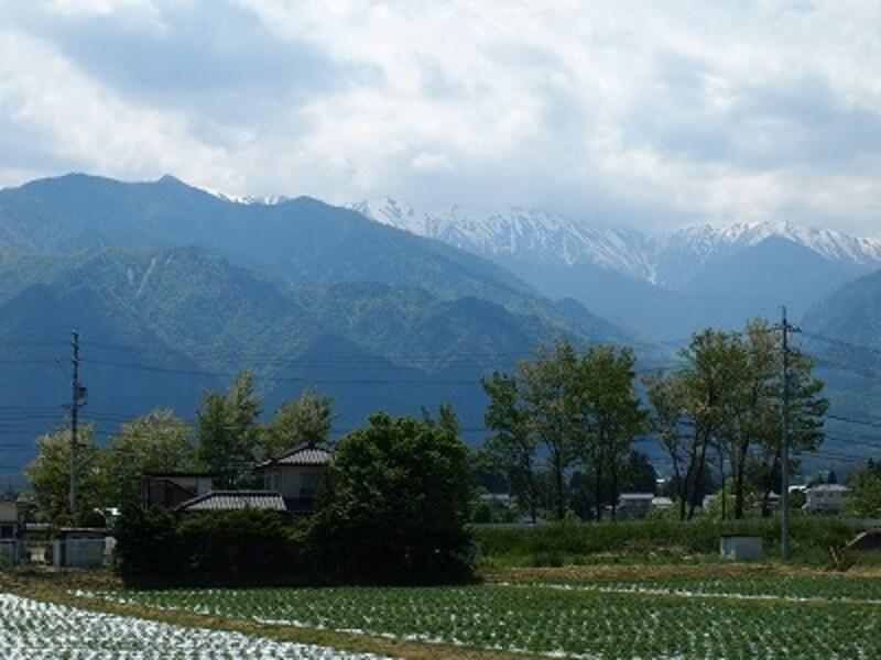 大糸線の車窓からの風景。撮影は6月上旬。まだ雪が残っています