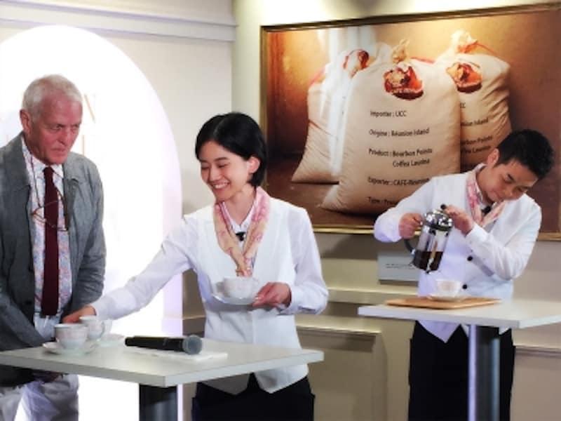 UCC抽出チャンピオンの中村太さん、接客チャピオンの大南薫さん