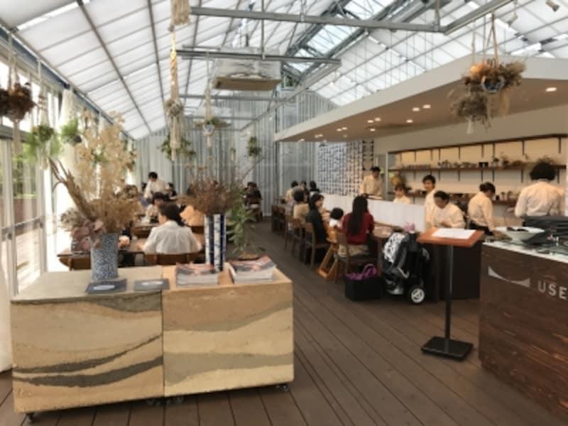 店内レストランスペースの様子。天井が高く気持ちよい空間です。
