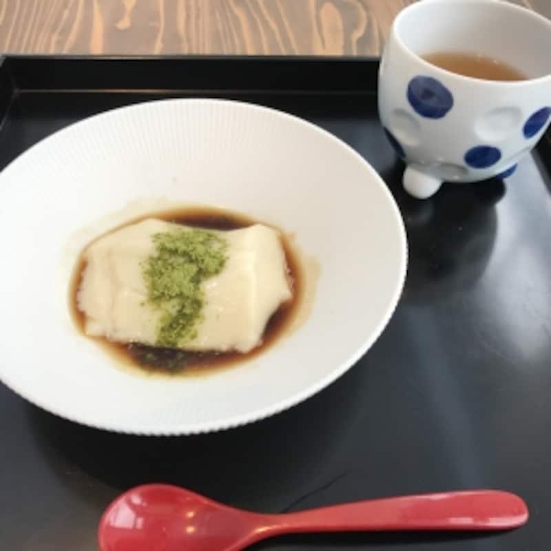 デザートも付きます。お茶を淹れたカップは、パリのメゾン・エ・オブジェで発表された源右衛門窯の最新作。