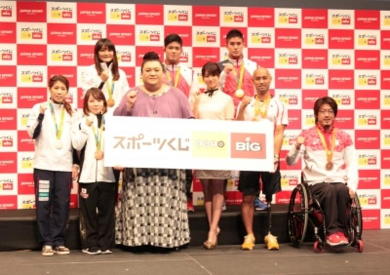 CMキャラクターで女優の深田恭子さん、タレントのマツコ・デラックスさん、リオデジャネイロ五輪で活躍した日本代表メダリストらが登壇した