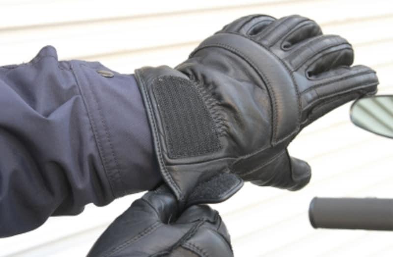 冬ツーリング最大の敵は冷風。冷気が服の中に侵入してきたら、それだけ体の冷えも早くなる。ガントレットタイプのグローブなどを使って、風の侵入を防ぐことに尽力しよう