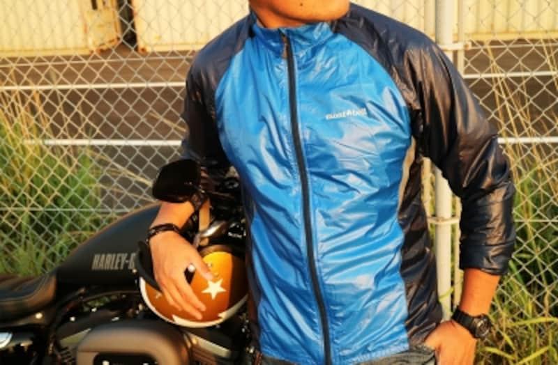 携帯用に適しているアウトドアジャケット。一着用意しているだけで、大体の気候に対応できる