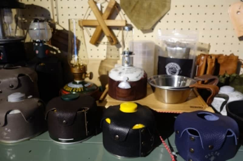 ガス缶用のレザーカバーは各種あり。アウトドアはキッチンが丸見え状態だから、ちょっとしたおしゃれの気遣いがエレガントに見えます。