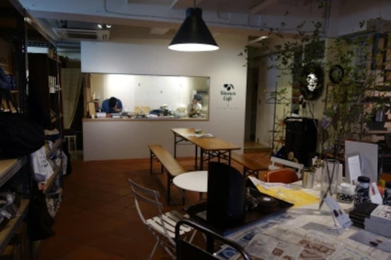 カフェスペース。オープンキッチンではお菓子作りの様子が伺えることも。