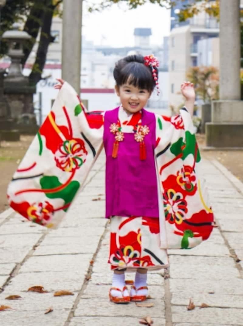 ベストのような被布が3歳の晴れ着の特徴。被布は赤無地が基本ですが、最近はほかの色や柄入りなども増えています