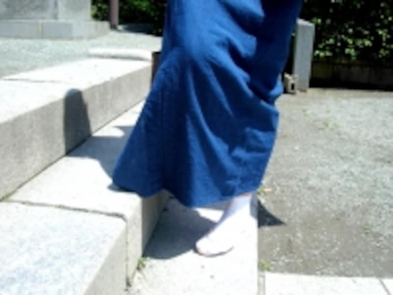 段差が大きい階段は特に裾を擦りやすいので、少し裾を持ち上げるようにして
