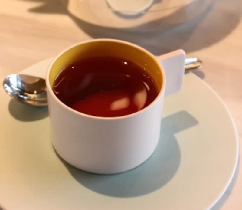 有田焼400年周年となり、新たな有田焼を表現したシリーズ「1616/AritaJapan」のティーカップ&ソーサーを採用