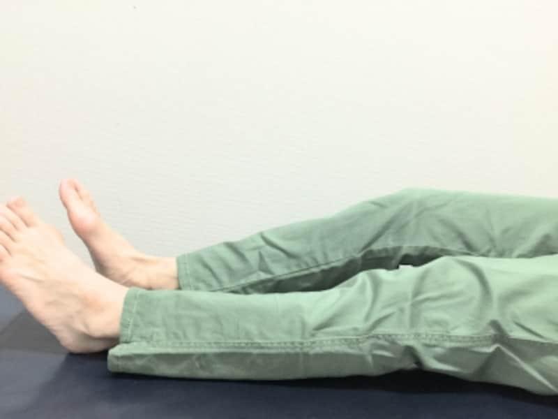 膝が浮いてしまい真っ直ぐに伸ばすことができないことに普段気が付かない人は多いです