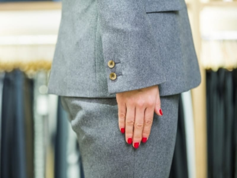 ヒップの一番高い位置にジャケットの裾が来るように調整。