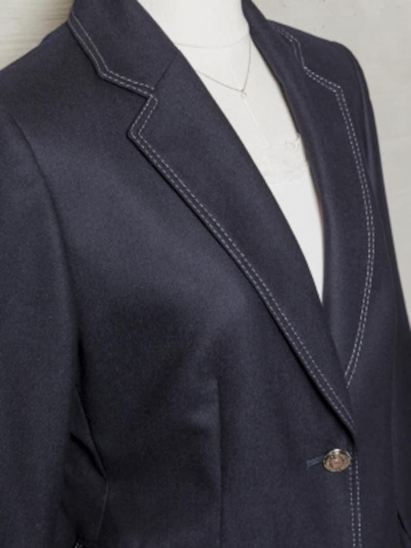 襟元のステッチでカジュアルな印象に。