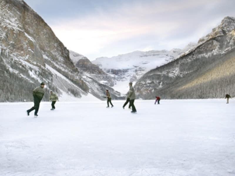 冬はレイクルイーズも凍結して真っ白。undefined(C)TravelAlberta
