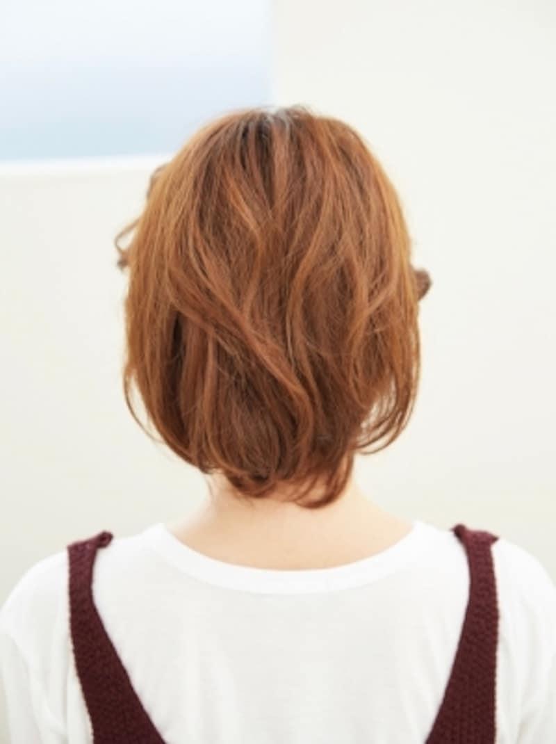 顔周りねじり編み込みのルーズヘアアレンジ