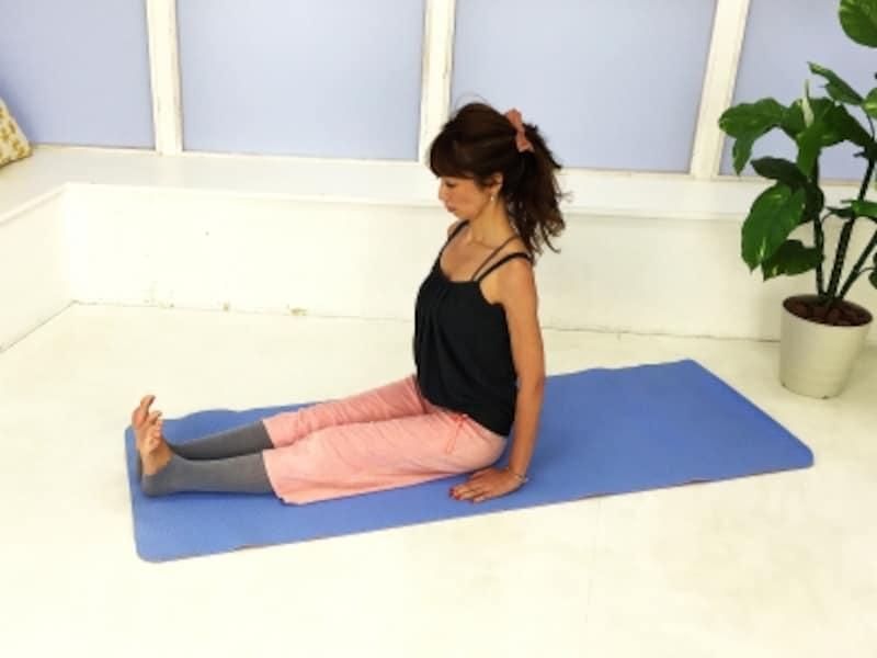 動作1:ポーズ1足を前に伸ばした長座の姿勢になる