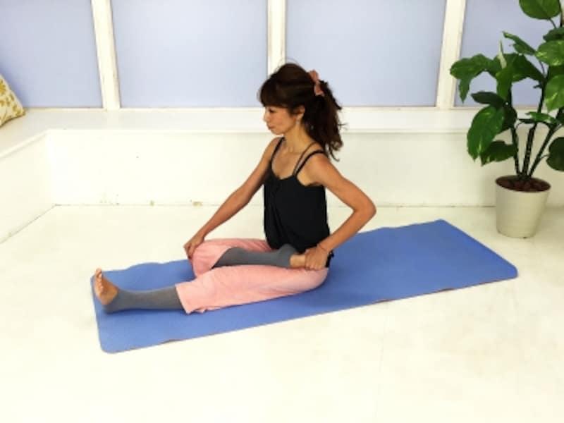 動作2:右膝を曲げ、左脚付け根に乗せます