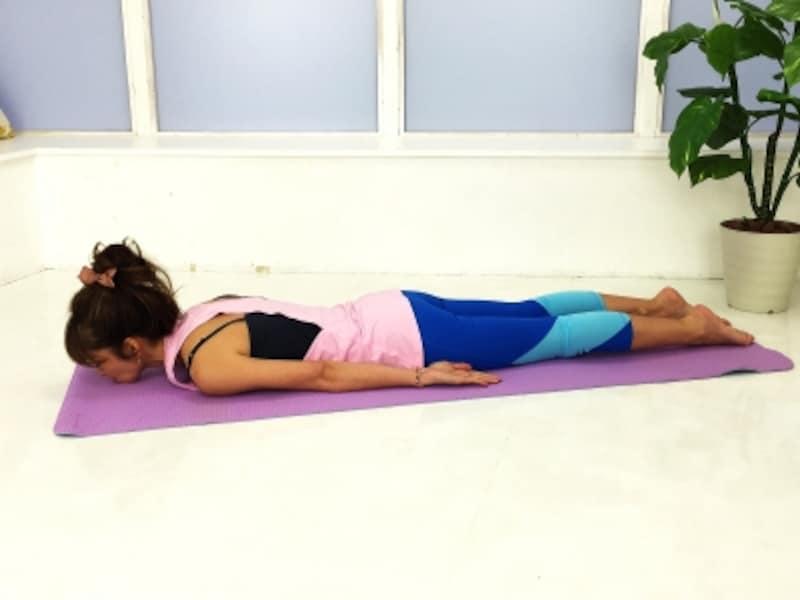 動作4:両手の甲を床につけます