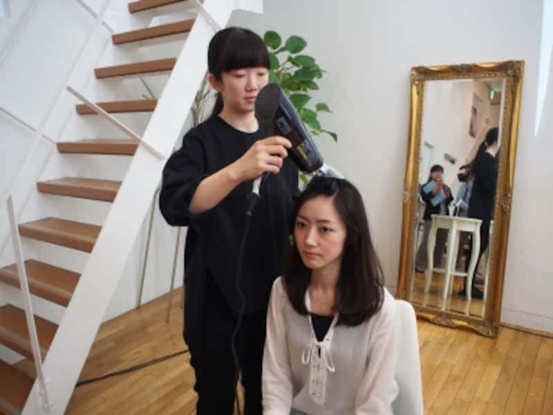 頭皮ケアできるドライヤー、気になりますね。写真は、ヘッドセラピスト・塩澤直子氏(左)