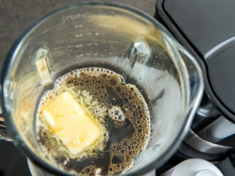 ブレンダ―(ミキサー)に、バターとプレインオクタンオイルと熱々のコーヒーを入れて撹拌します。
