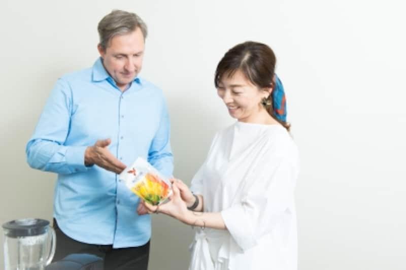 デイヴさんが開発した商品の説明を聞く和田清香