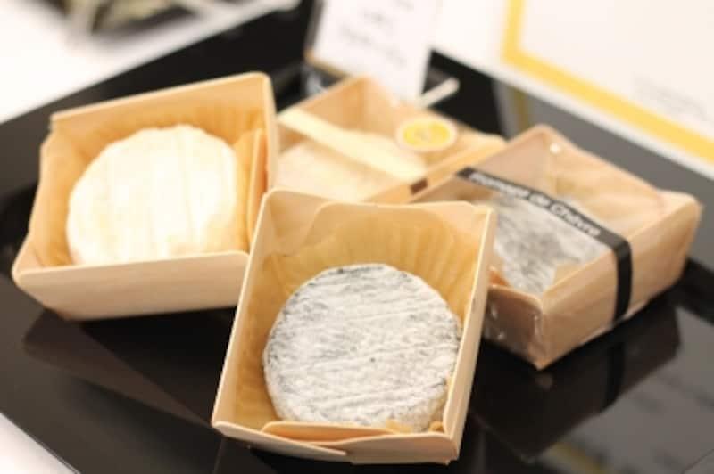 """「日本の銘チーズ百選」のチーズたちその2。こちらは、古株牧場さんの""""つやこフロマージュ""""と""""フロマージュ・ド・シェーヴル"""""""