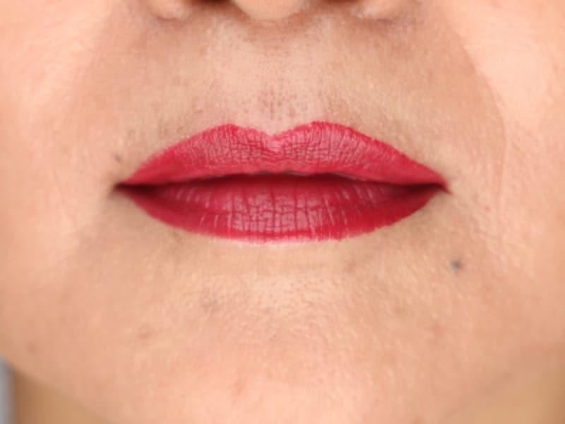 口紅の色と肌色とのバランスが合わず、唇が浮いてしまい顔の肌色が不自然に見えてしまう