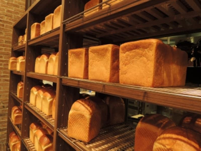 3種類のこだわり食パンが整然と並ぶ