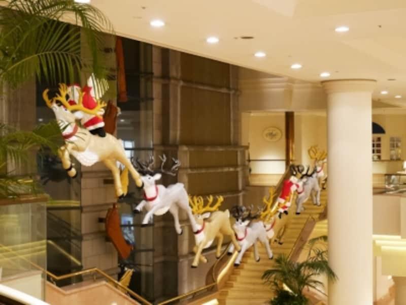 館内ロビーの1階~2階の吹き抜けに、キュートなトナカイとサンタのディスプレイが登場。同ホテルのアートクリエイターによる力作だそう(2016年11月18日撮影)