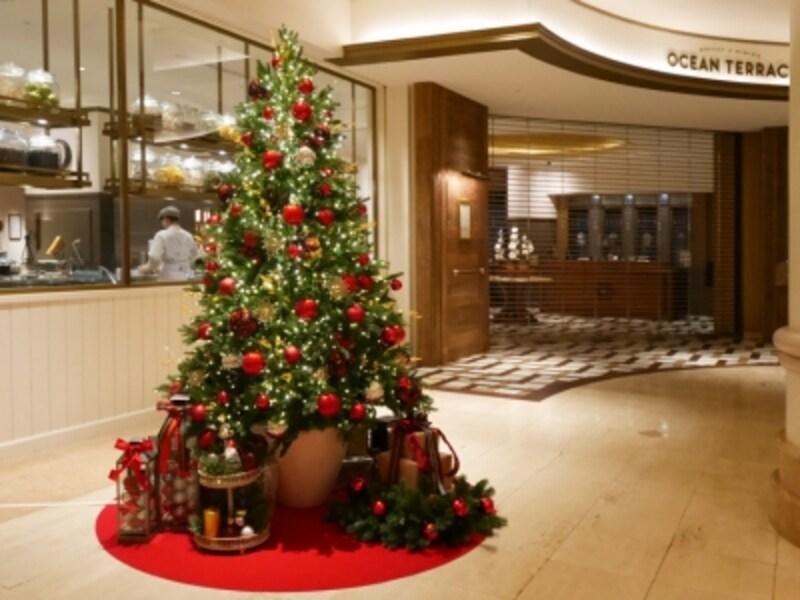 ブッフェ・ダイニング「オーシャンテラス」前に設置されたクリスマスツリーはフォトスポットとなっています(2016年11月18日撮影)