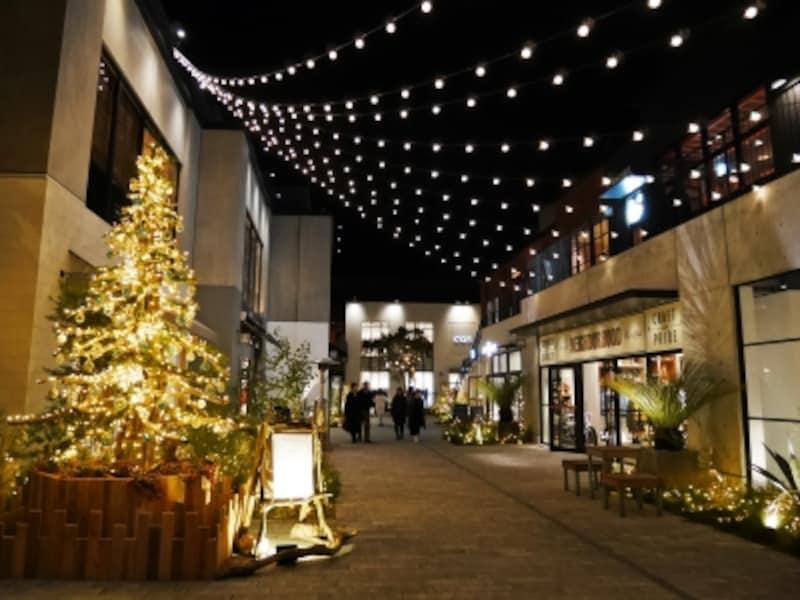 マリンアンドウォークヨコハマの初めてのクリスマスのテーマは「MELLOWXmasDays」。中央のストリートには流木でつくられた温かなイメージのツリーが登場(2016年12月2日撮影)