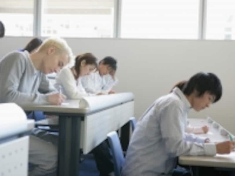 税理士試験申込者が毎年3,000人減っている