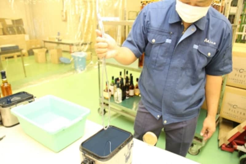 工場の協力を得て、200度に熱した樹脂の中につけ込みます