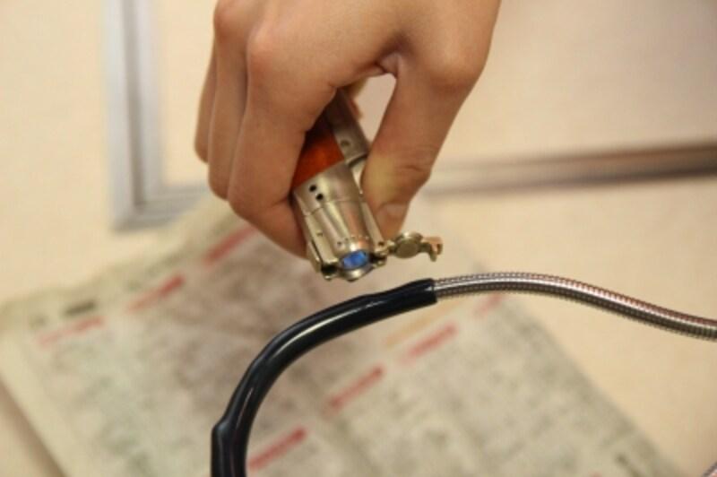 ガスライターで炙って樹脂が溶けるまで熱します