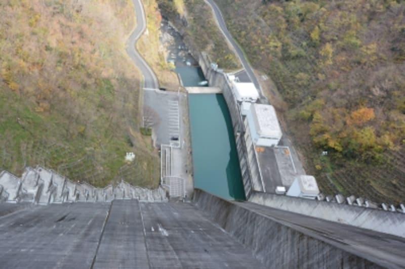 垂直にせり上がる浦山ダムの堤