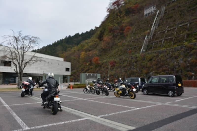 浦山ダム周辺をツーリングするライダー